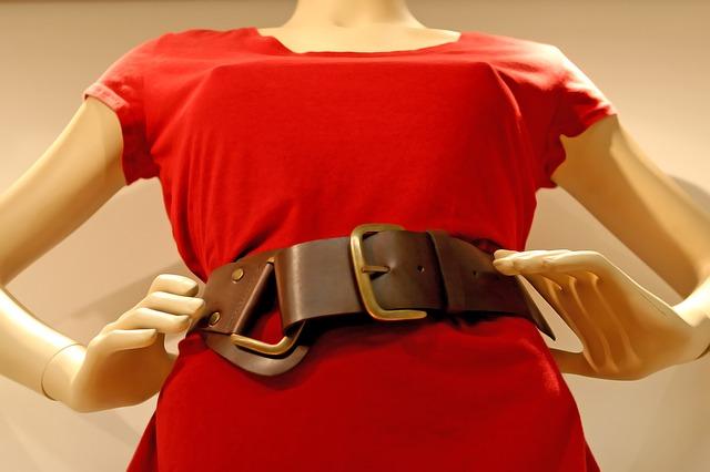 panna, červené šaty, kožený pásek