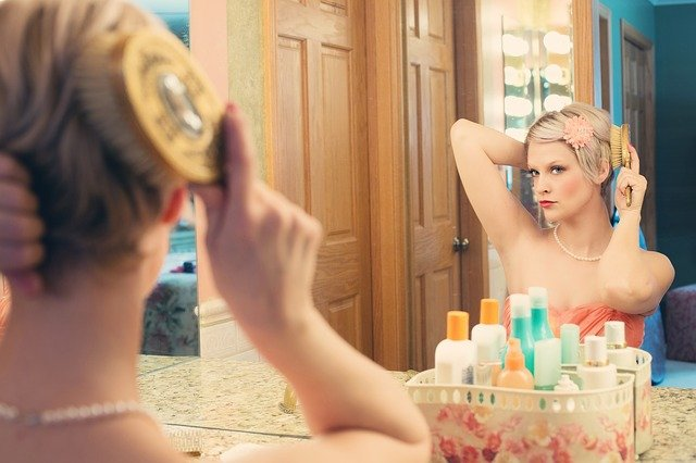 blondýna před zrcadlem