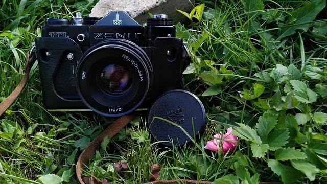 foťák v trávě