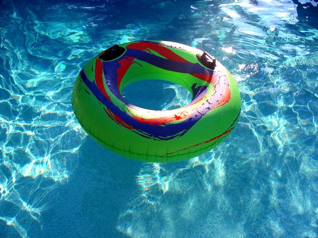nafukovací kruh na hladině bazénu