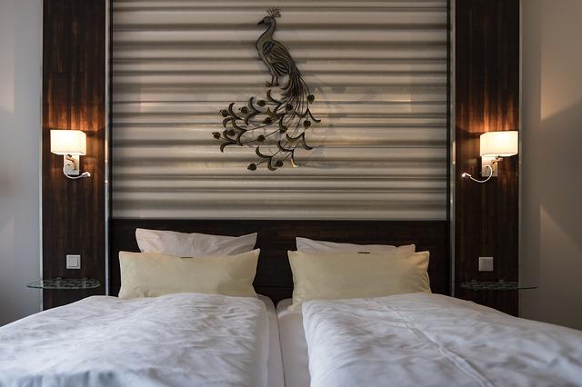 dvě hotelové postele